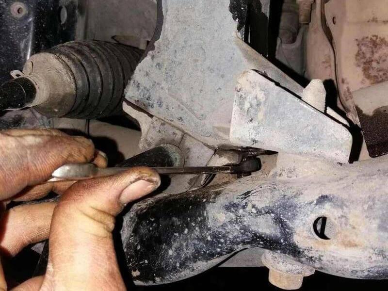 demontiruem vtulku perednogo stabilizatora Forester